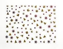 抽象空白背景圣诞节黑暗的装饰设计模式红色的星形 在白色背景的发光的衣服饰物之小金属片 免版税库存照片