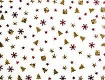 抽象空白背景圣诞节黑暗的装饰设计模式红色的星形 在白色背景的发光的衣服饰物之小金属片 库存照片