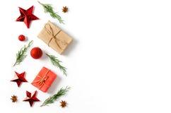 抽象空白背景圣诞节黑暗的装饰设计模式红色的星形 在白色背景的杉树分支 圣诞节,冬天,新年概念 平的位置 免版税库存图片