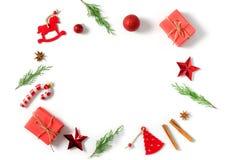 抽象空白背景圣诞节黑暗的装饰设计模式红色的星形 在白色背景的杉树分支 圣诞节,冬天,新年概念 平的位置 库存图片