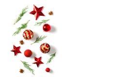 抽象空白背景圣诞节黑暗的装饰设计模式红色的星形 在白色背景的杉树分支 圣诞节,冬天,新年概念 平的位置 免版税库存照片