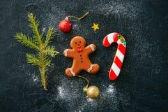 抽象空白背景圣诞节黑暗的装饰设计模式红色的星形 姜饼人和棒棒糖曲奇饼, fi 免版税图库摄影