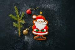 抽象空白背景圣诞节黑暗的装饰设计模式红色的星形 姜饼圣诞老人和棒棒糖曲奇饼, 库存照片