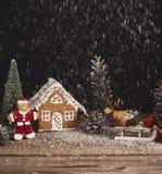 抽象空白背景圣诞节黑暗的装饰设计模式红色的星形 姜饼圣诞节人和房子与 图库摄影