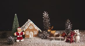 抽象空白背景圣诞节黑暗的装饰设计模式红色的星形 姜饼圣诞节人和房子与 免版税图库摄影