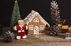 抽象空白背景圣诞节黑暗的装饰设计模式红色的星形 姜饼圣诞节人和房子 库存照片