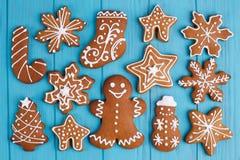 抽象空白背景圣诞节黑暗的装饰设计模式红色的星形 姜饼曲奇饼在蓝色桌, fla上设置了 免版税库存图片