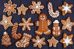 抽象空白背景圣诞节黑暗的装饰设计模式红色的星形 姜饼曲奇饼在黑桌, fl上设置了 免版税库存照片