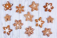抽象空白背景圣诞节黑暗的装饰设计模式红色的星形 姜饼被设置的雪花曲奇饼装饰 免版税库存图片