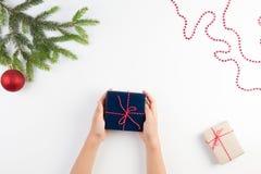 抽象空白背景圣诞节黑暗的装饰设计模式红色的星形 孩子顶视图递拿着礼物 免版税图库摄影