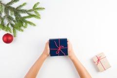 抽象空白背景圣诞节黑暗的装饰设计模式红色的星形 孩子顶视图递拿着礼物 免版税库存图片