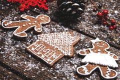 抽象空白背景圣诞节黑暗的装饰设计模式红色的星形 放置在木桌的姜饼曲奇饼 库存照片