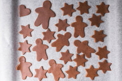 抽象空白背景圣诞节黑暗的装饰设计模式红色的星形 曲奇饼的被雕刻的图 库存照片
