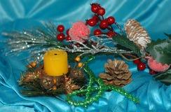 抽象空白背景圣诞节黑暗的装饰设计模式红色的星形 杉木分支,玩具,在一蓝色backg的蜡烛 免版税图库摄影