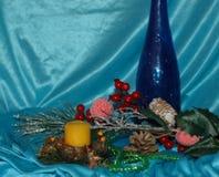 抽象空白背景圣诞节黑暗的装饰设计模式红色的星形 杉木分支,玩具,在一蓝色backg的蜡烛 库存照片