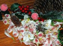抽象空白背景圣诞节黑暗的装饰设计模式红色的星形 杉木分支,玩具,在一蓝色backg的蜡烛 免版税库存照片