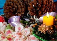 抽象空白背景圣诞节黑暗的装饰设计模式红色的星形 杉木分支,玩具,在一蓝色backg的蜡烛 库存图片