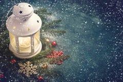 抽象空白背景圣诞节黑暗的装饰设计模式红色的星形 灯笼和冷杉分支的构成 库存照片