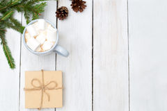 抽象空白背景圣诞节黑暗的装饰设计模式红色的星形 热巧克力用蛋白软糖和礼物 免版税库存照片