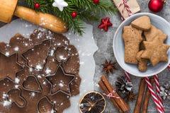 抽象空白背景圣诞节黑暗的装饰设计模式红色的星形 烹调的圣诞节姜饼曲奇饼成份与杉树和装饰 免版税图库摄影