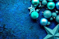 抽象空白背景圣诞节黑暗的装饰设计模式红色的星形 玩具,球,在蓝色背景顶视图大模型的星 免版税图库摄影