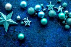 抽象空白背景圣诞节黑暗的装饰设计模式红色的星形 玩具,球,在蓝色背景顶视图大模型的星 库存照片