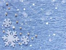 抽象空白背景圣诞节黑暗的装饰设计模式红色的星形 白色雪花和珍珠在蓝色后面 免版税库存图片
