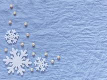 抽象空白背景圣诞节黑暗的装饰设计模式红色的星形 白色雪花和珍珠在蓝色后面 库存照片