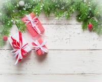 抽象空白背景圣诞节黑暗的装饰设计模式红色的星形 礼物和祝贺新年 家庭会议 图库摄影