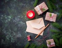 抽象空白背景圣诞节黑暗的装饰设计模式红色的星形 礼物盒、信件和蜡烛 免版税库存图片