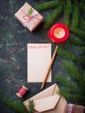 抽象空白背景圣诞节黑暗的装饰设计模式红色的星形 礼物盒、信件和蜡烛 免版税库存照片