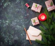 抽象空白背景圣诞节黑暗的装饰设计模式红色的星形 礼物盒、信件和蜡烛 图库摄影