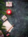 抽象空白背景圣诞节黑暗的装饰设计模式红色的星形 礼物盒、信件和蜡烛 库存图片