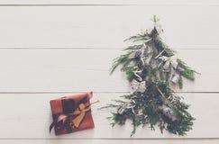 抽象空白背景圣诞节黑暗的装饰设计模式红色的星形 礼物盒和杉树在白色木头 免版税图库摄影