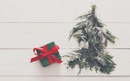 抽象空白背景圣诞节黑暗的装饰设计模式红色的星形 礼物盒和杉树在白色木头 库存照片