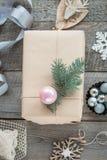 抽象空白背景圣诞节黑暗的装饰设计模式红色的星形 自创被包裹的圣诞节礼物和装饰木表面上 平的位置 免版税库存照片