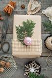 抽象空白背景圣诞节黑暗的装饰设计模式红色的星形 自创被包裹的圣诞节礼物和装饰木表面上 平的位置 免版税图库摄影