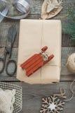 抽象空白背景圣诞节黑暗的装饰设计模式红色的星形 自创被包裹的圣诞节礼物和装饰木表面上 平的位置 免版税库存图片