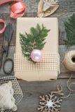 抽象空白背景圣诞节黑暗的装饰设计模式红色的星形 自创被包裹的圣诞节礼物和装饰木表面上 平的位置 库存照片