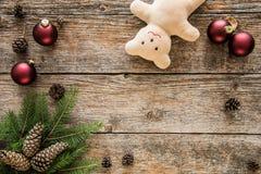 抽象空白背景圣诞节黑暗的装饰设计模式红色的星形 装饰品、玩具熊和杉树 库存照片