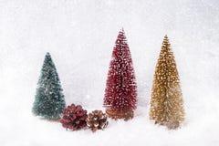抽象空白背景圣诞节黑暗的装饰设计模式红色的星形 装饰圣诞节杉树,装饰,雪纹理 库存照片