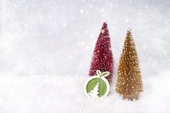 抽象空白背景圣诞节黑暗的装饰设计模式红色的星形 装饰圣诞节杉树,装饰 免版税库存照片