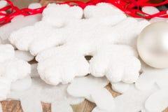 抽象空白背景圣诞节黑暗的装饰设计模式红色的星形 装饰雪花和圣诞节白色球 图库摄影