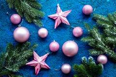 抽象空白背景圣诞节黑暗的装饰设计模式红色的星形 玩具,云杉的分支,在蓝色背景顶视图样式的星 库存照片