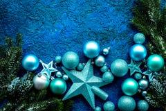 抽象空白背景圣诞节黑暗的装饰设计模式红色的星形 玩具,云杉的分支,在蓝色背景顶视图大模型的星 免版税图库摄影