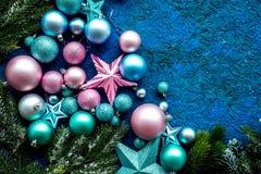 抽象空白背景圣诞节黑暗的装饰设计模式红色的星形 玩具,云杉的分支,在蓝色背景顶视图大模型的星 库存照片