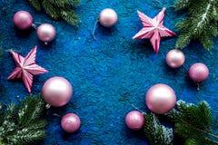 抽象空白背景圣诞节黑暗的装饰设计模式红色的星形 玩具,云杉的分支,在蓝色背景顶视图大模型的星 图库摄影