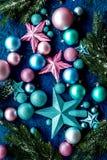 抽象空白背景圣诞节黑暗的装饰设计模式红色的星形 玩具,云杉的分支,在蓝色背景顶视图样式的星 图库摄影