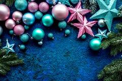 抽象空白背景圣诞节黑暗的装饰设计模式红色的星形 玩具,云杉的分支,在蓝色背景顶视图大模型的星 免版税库存照片