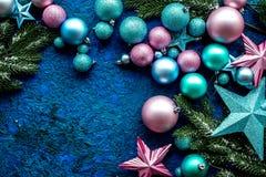 抽象空白背景圣诞节黑暗的装饰设计模式红色的星形 玩具,云杉的分支,在蓝色背景顶视图大模型的星 库存图片